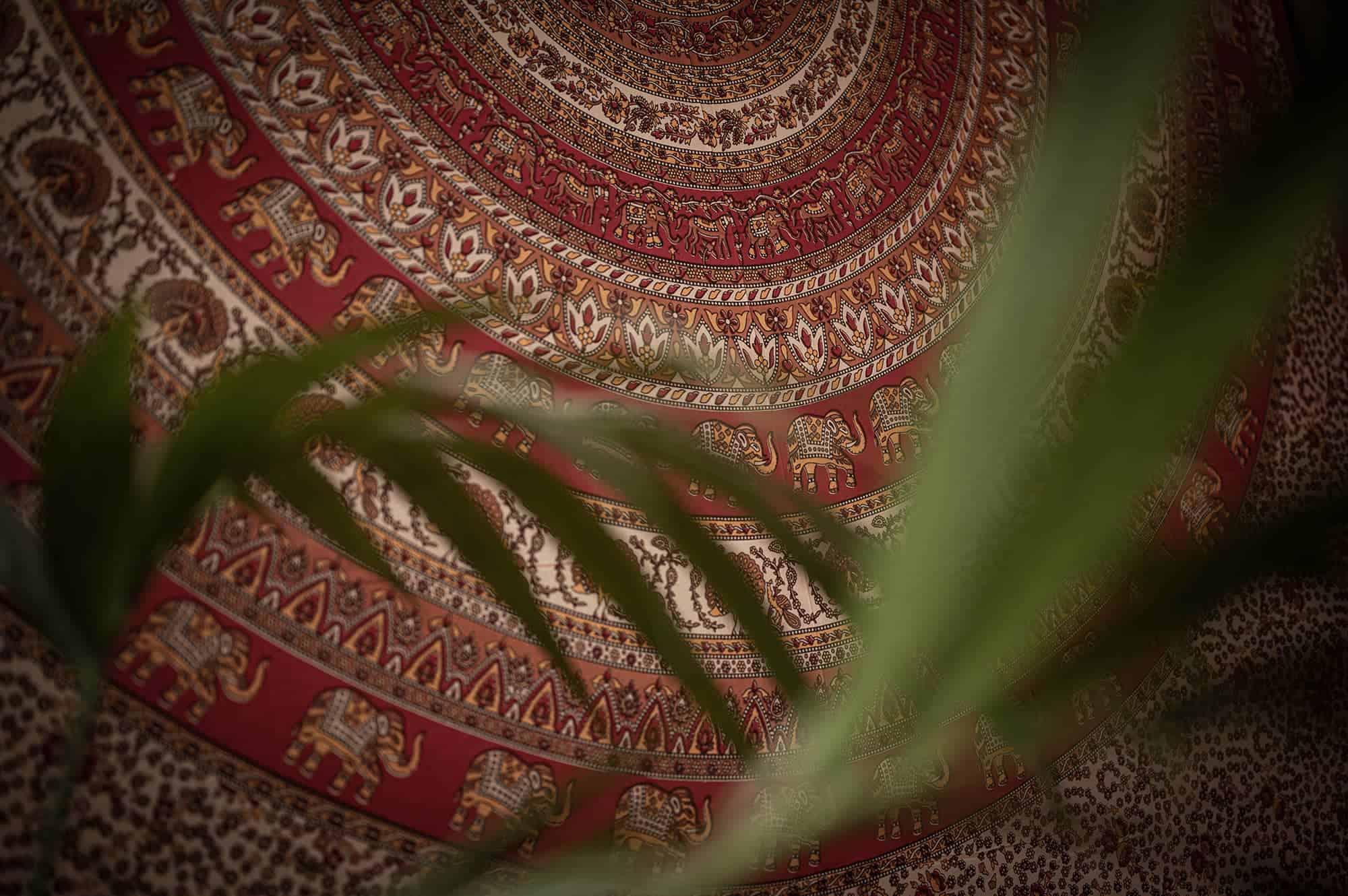 Wandtuch mit orientalischem Muster im AyaVision dem ersten Ayahuasca Retreat Zentrum Österreichs